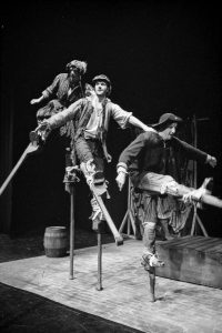 Medieval Players - Sturdy Beggars stilt dance